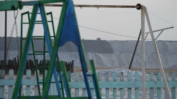 Вид на угольные отвалы из детской площадки