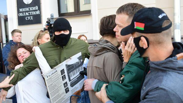 Задержание силовиками участников несанкционированного пикета в поддержку стачечного комитета Беларуськалия у здания Минского областного суда