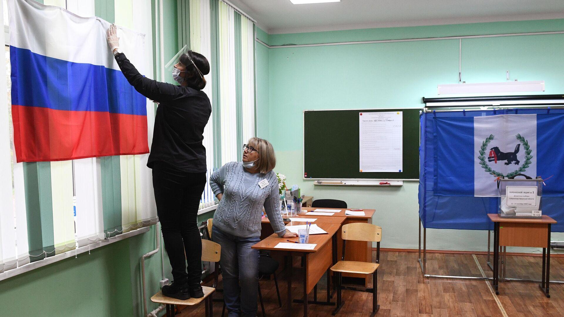 Подготовка избирательного участка к досрочному голосованию на выборах губернатора Иркутской области - РИА Новости, 1920, 20.07.2021