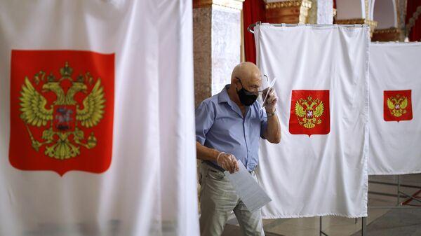 Мужчина досрочно голосует на выборах губернатора Краснодарского края на избирательном участке №2010 в Краснодаре