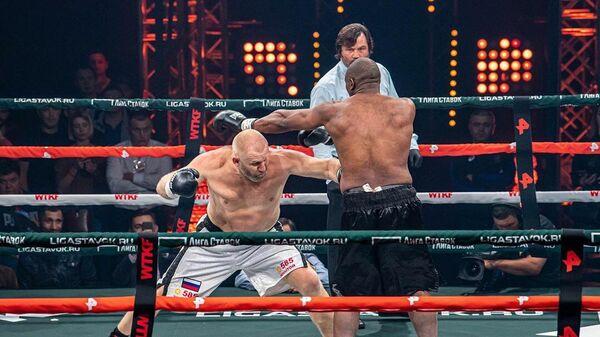Боксерский поединок между Сергеем Харитоновым (слева) и Дэнни Уильямсом (справа)