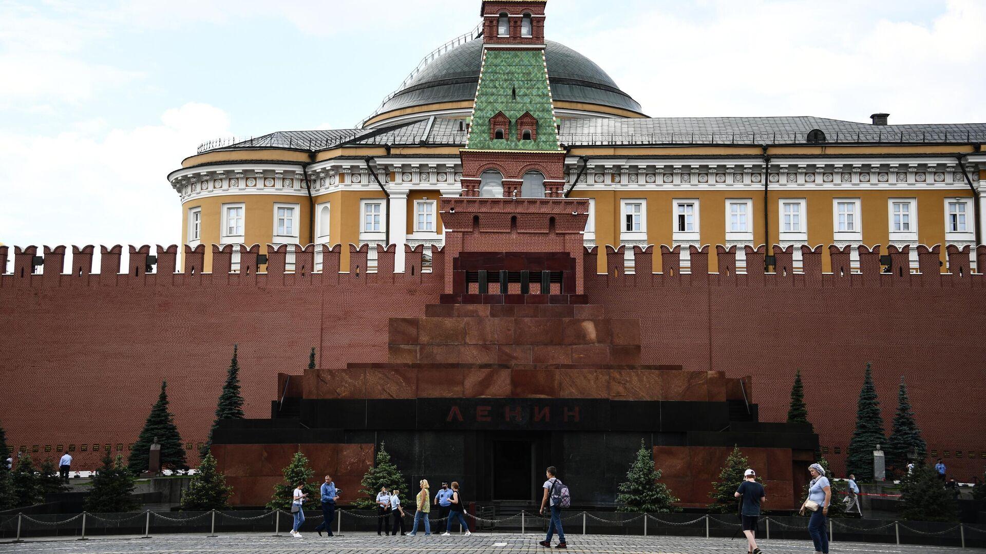 Прохожие возле Мавзолея В. И. Ленина на Красной площади в Москве - РИА Новости, 1920, 18.09.2020