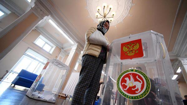 Женщина голосует на избирательном участке №42 на выборах президента Республики Татарстан в Казани