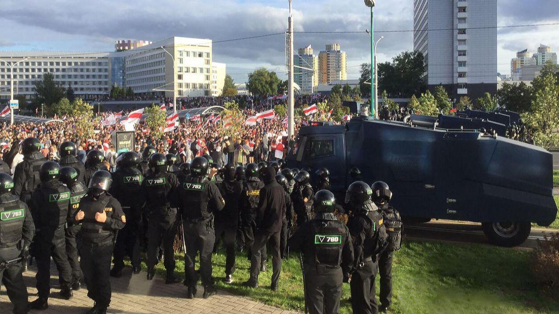 Сотрудники правоохранительных органов и участники акции протеста в Минске - РИА Новости, 1920, 19.09.2020