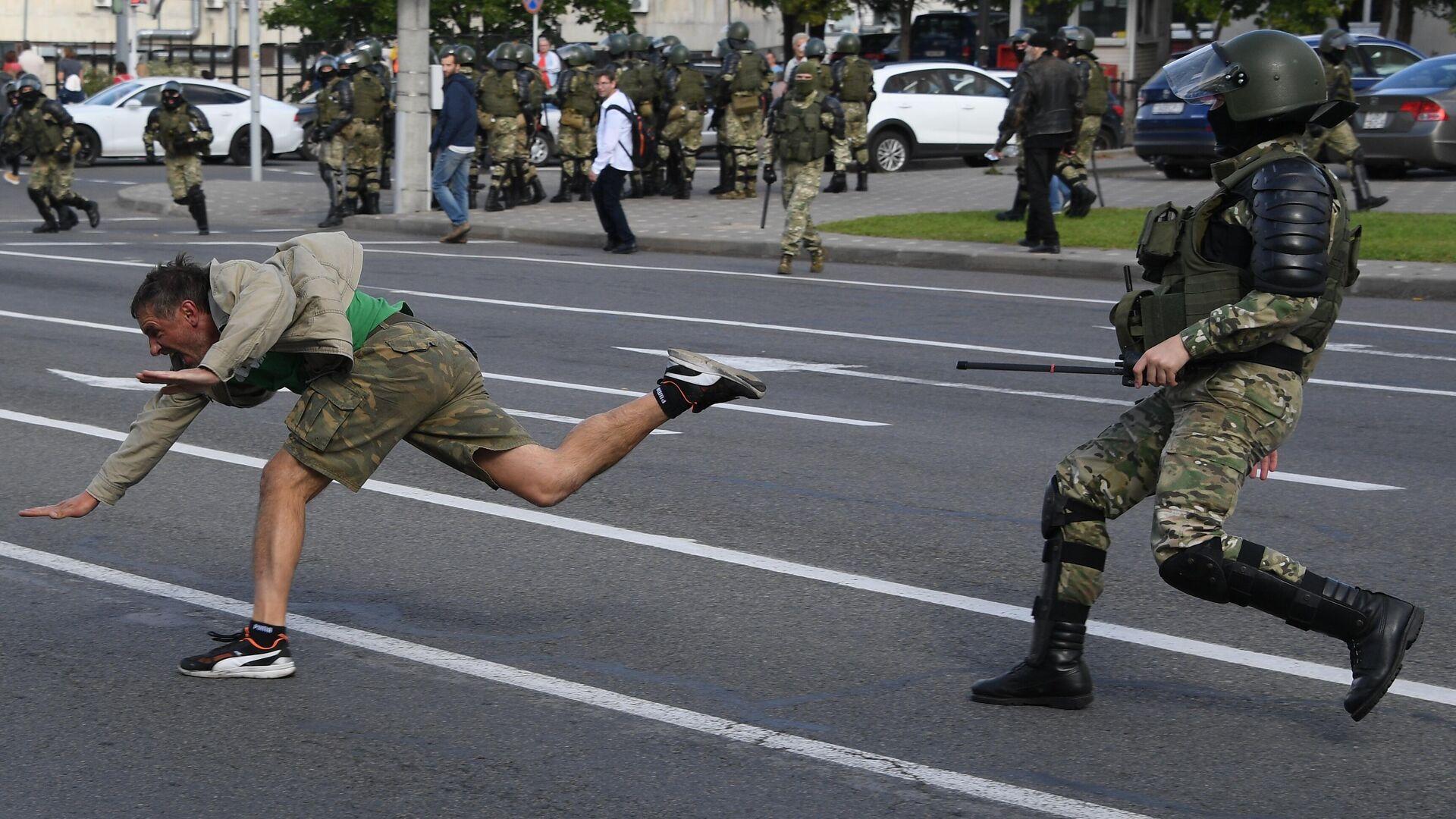 Сотрудник правоохранительных органов задерживает участника несанкционированной акции протеста в Минске - РИА Новости, 1920, 14.09.2020