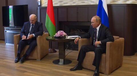 Президент РФ Владимир Путин и президент Белоруссии Александр Лукашенко во время встречи (стоп-кадр видео)