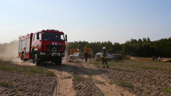 Автомобили и сотрудники аварийно-спасательных служб на месте аварии в поселке Чабаны на Украине