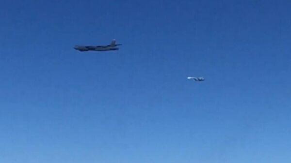 Российский истребитель Су-27 и американский стратегический бомбардировщик Boeing B-52H Stratofortress в небе над акваторией Черного моря