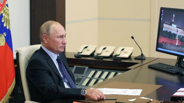 Президент РФ Владимир Путин проводит видеоконференцию по случаю открытия медицинских центров Минобороны для лечения пациентов с COVID-19