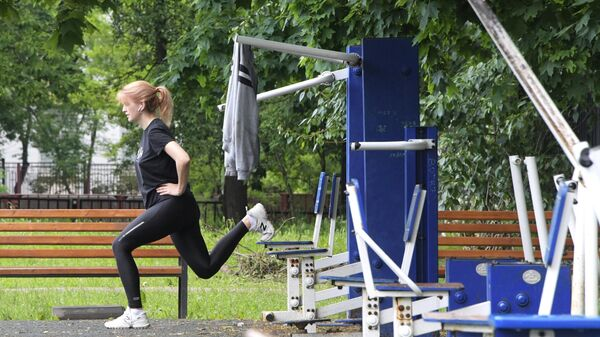 Женщина занимается спортом на школьном стадионе на улице Крупской в Москве.