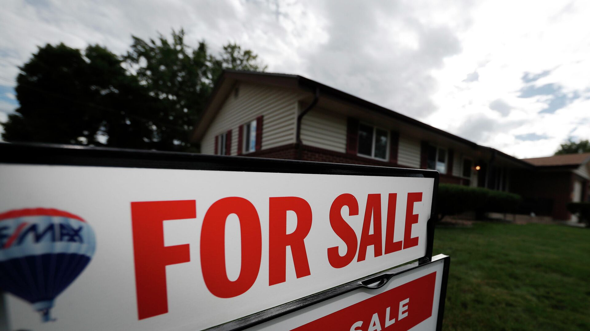 Табличка с объявлением о продаже дома в пригороде Денвера, штат Колорадо, США - РИА Новости, 1920, 16.09.2020
