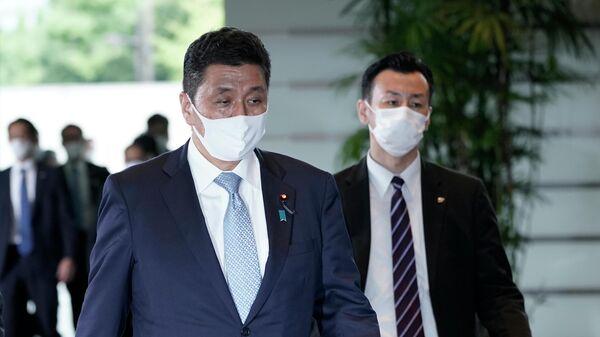 Нобуо Киси, назначенный на должность министра обороны в правительстве Ёсихидэ Суга, прибывает в резиденцию премьер-министра в Токио