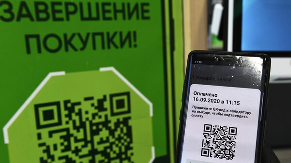 Покупка с использованием смартфона с помощью бесконтактной системы, запущенной в торговых сетях Пятёрочка, Перекрёсток и Карусель