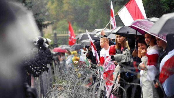 Участники акции и сотрудники милиции на одной из улиц в Минске