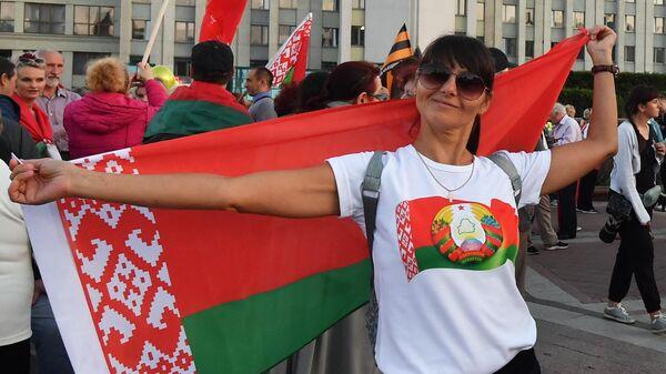 Участница акции в поддержку действующей власти на площади Независимости в Минске