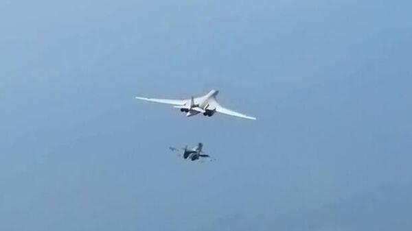 Стратегический ракетоносец Ту-160 выполняет плановый полет над нейтральными водами Балтийского моря. Стоп-кадр видео