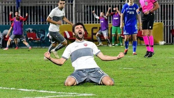 Игрок тбилисского Локомотива Ираклий Сихарулидзе радуется забитому голу