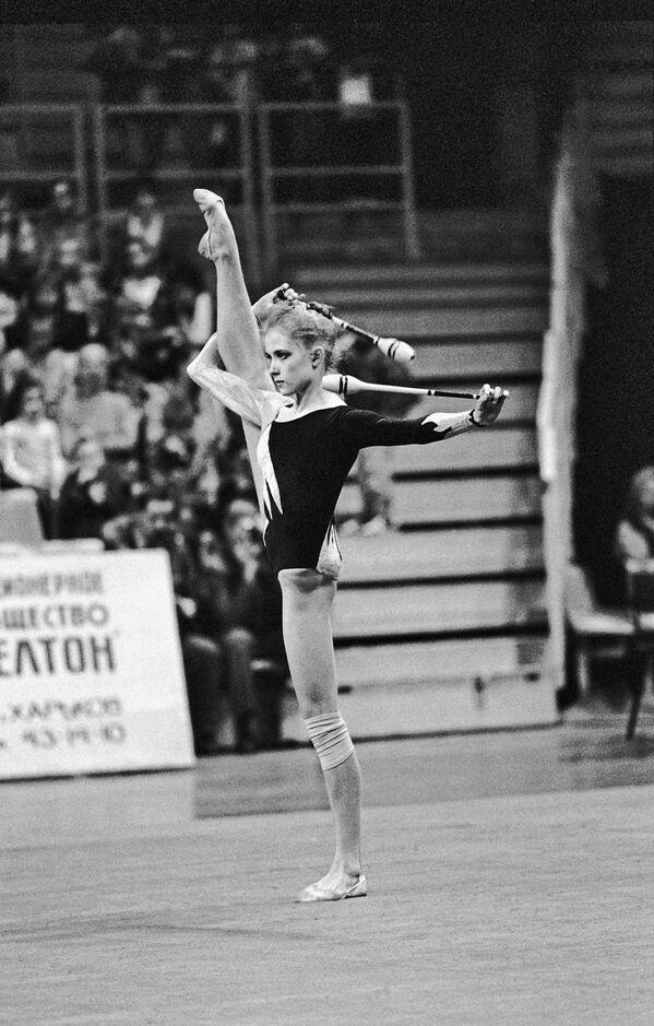 Гимнастка Оксана Костина (СНГ) выполняет упражнения с булавами на XIII международном турнире по художественной гимнастике на приз журнала Мир женщины.