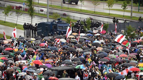 Участники несанкционированной акции оппозиции Марш единства и сотрудники милиции в Минске
