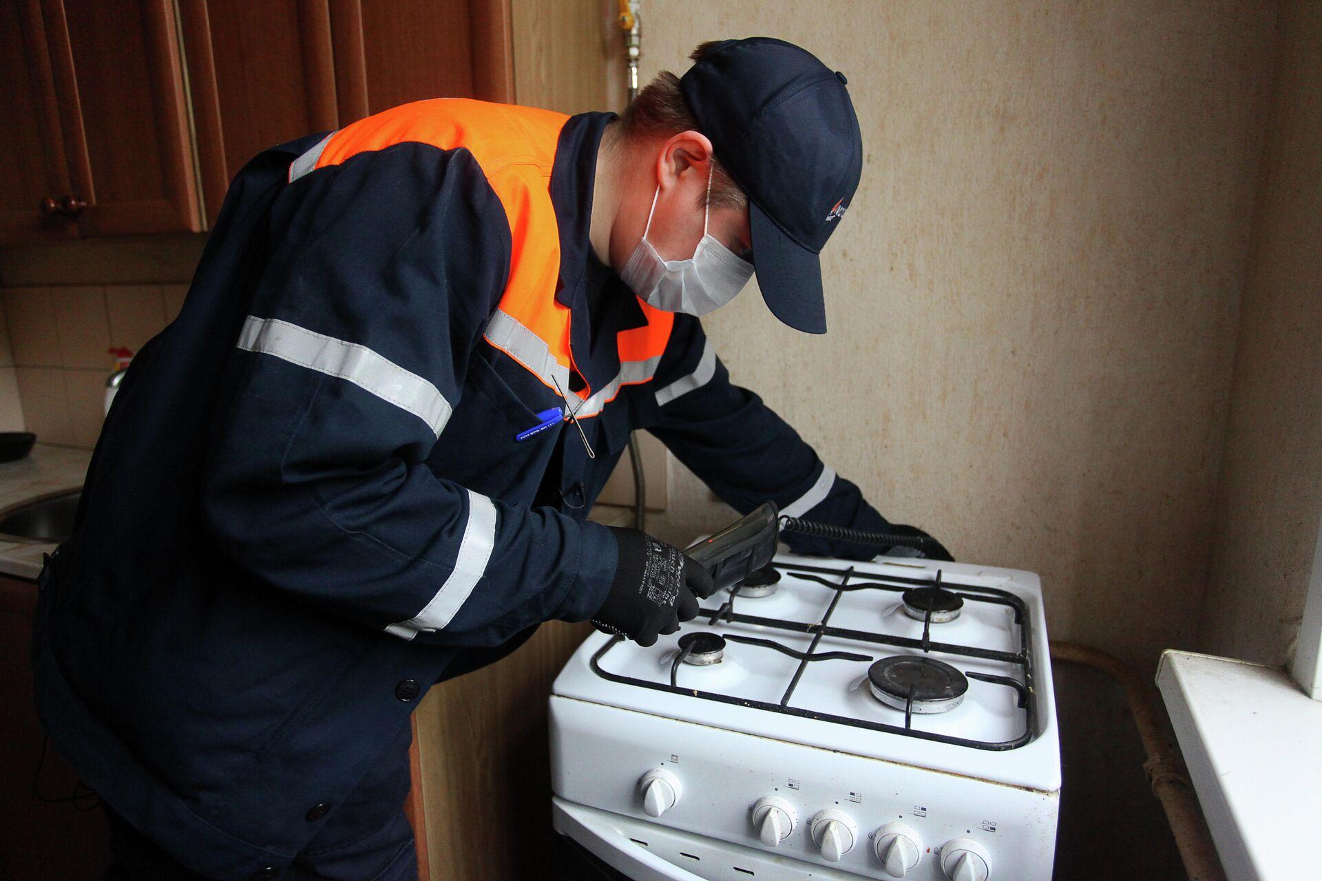 Сотрудник Мосгаза выполняет внеплановый осмотр газового оборудования в домах - РИА Новости, 1920, 18.09.2020