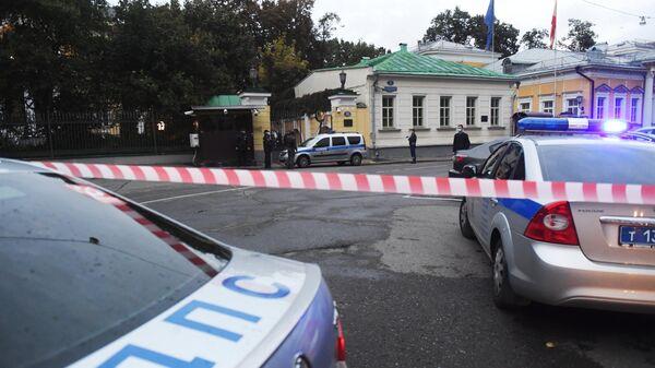 Полицейские автомобили у резиденции посла США в Москве