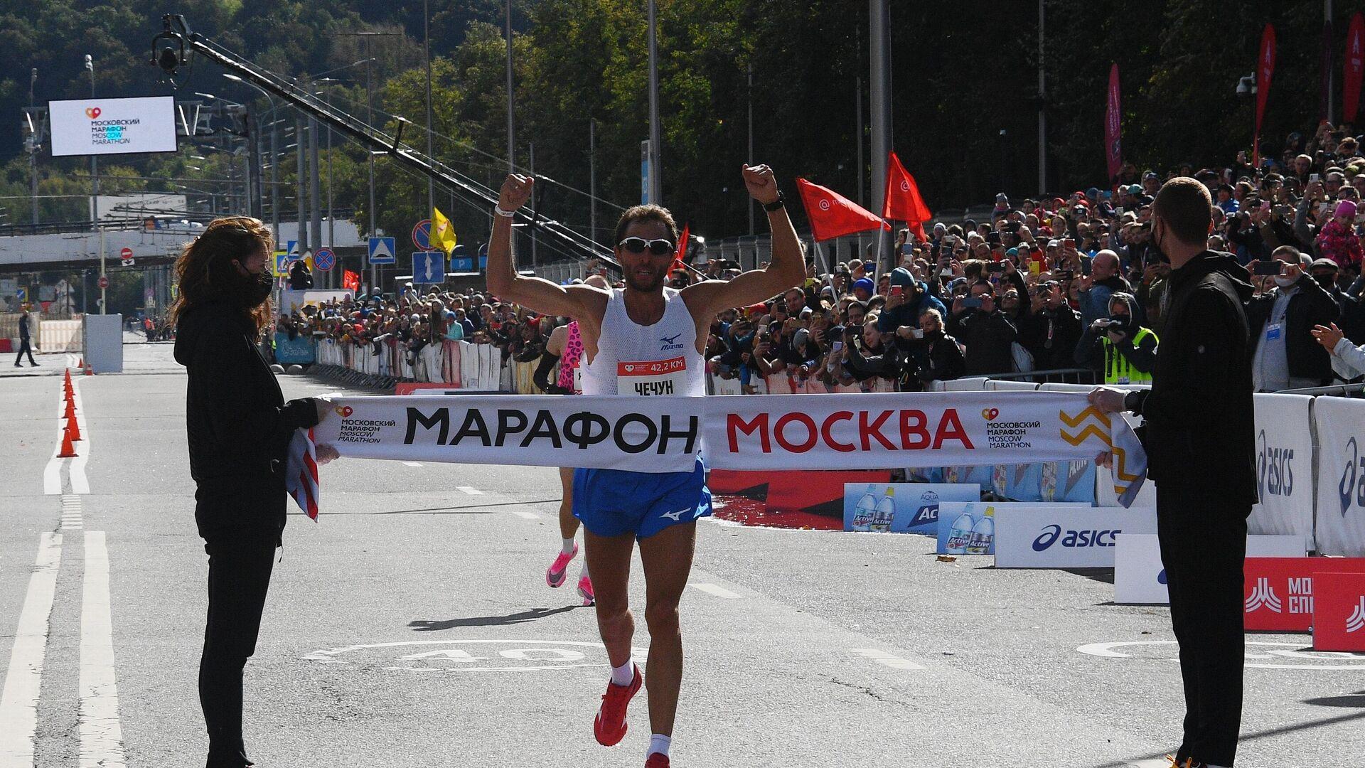 Участник на финише Московского марафона - 2020. - РИА Новости, 1920, 20.09.2020