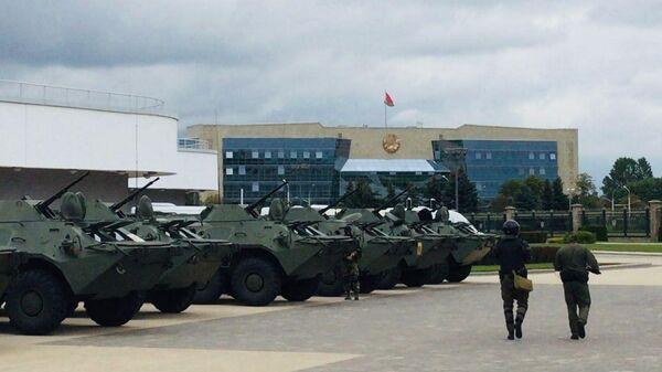 БТРы недалеко от Верховного суда в Минска, куда собираются прийти протестующие