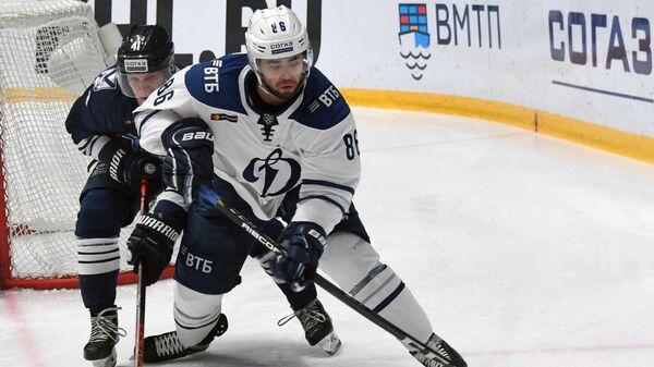 Игрок Адмирала Кирилл Воронин и игрок Динамо Егор Зайцев