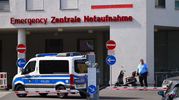 Полицейский автомобиль у здания клиники Шарите в Берлине