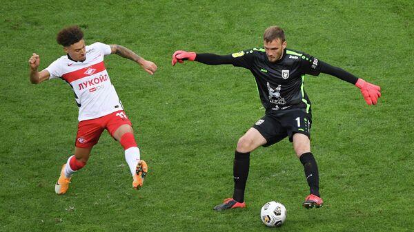 Игрок ФК Спартак Джордан Ларссон (слева) и вратарь ФК Рубин Никита Медведев