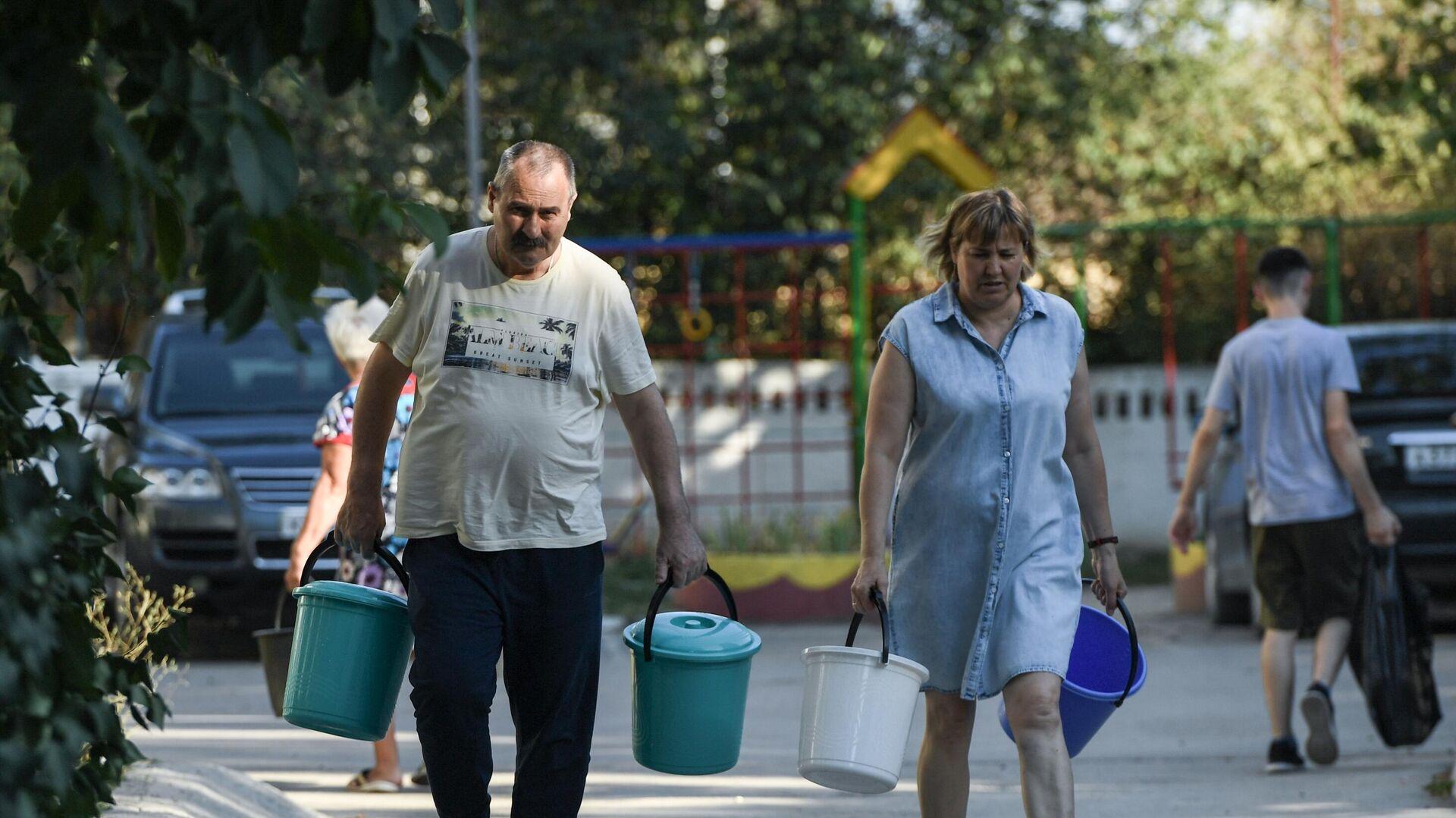 Жители Cимферополя идут чтобы набрать в емкости питьевую воду, привезенную в цистернах - РИА Новости, 1920, 24.09.2020