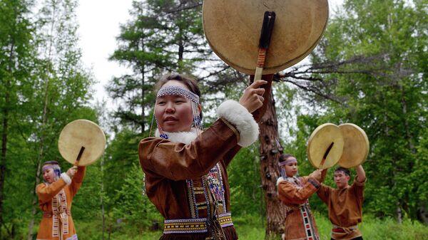 Жители села Анавгай Быстринского района Камчатского края демонстрируют национальные эвенские обряды