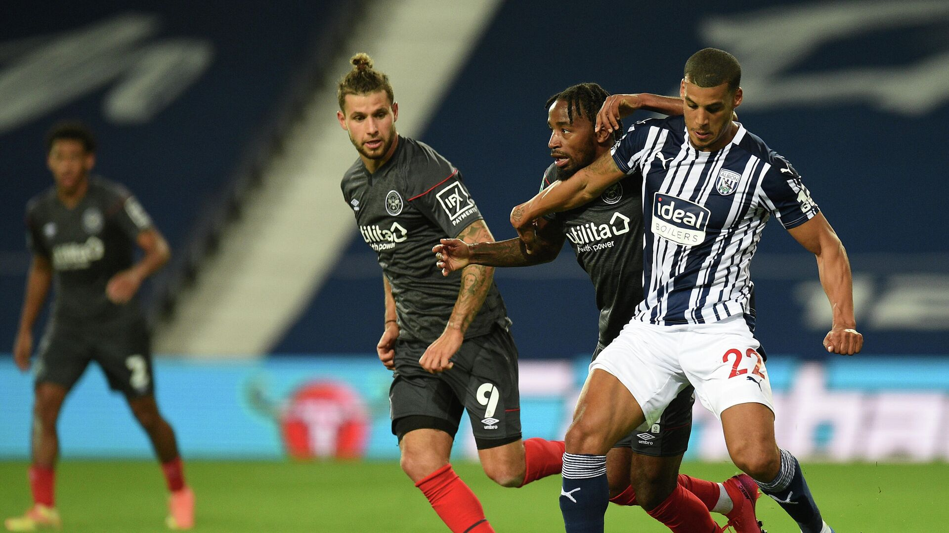 West Bromwich Albion's English defender Lee Peltier (R) holds off a challenge from Brentford's midfielder Tarique Fosu (2nd R) during the English League Cup third round football match between West Bromwich Albion and Brentford at The Hawthorns stadium in West Bromwich, central England, on September 22, 2020. (Photo by Oli SCARFF / POOL / AFP) / RESTRICTED TO EDITORIAL USE. No use with unauthorized audio, video, data, fixture lists, club/league logos or 'live' services. Online in-match use limited to 120 images. An additional 40 images may be used in extra time. No video emulation. Social media in-match use limited to 120 images. An additional 40 images may be used in extra time. No use in betting publications, games or single club/league/player publications. /  - РИА Новости, 1920, 22.09.2020