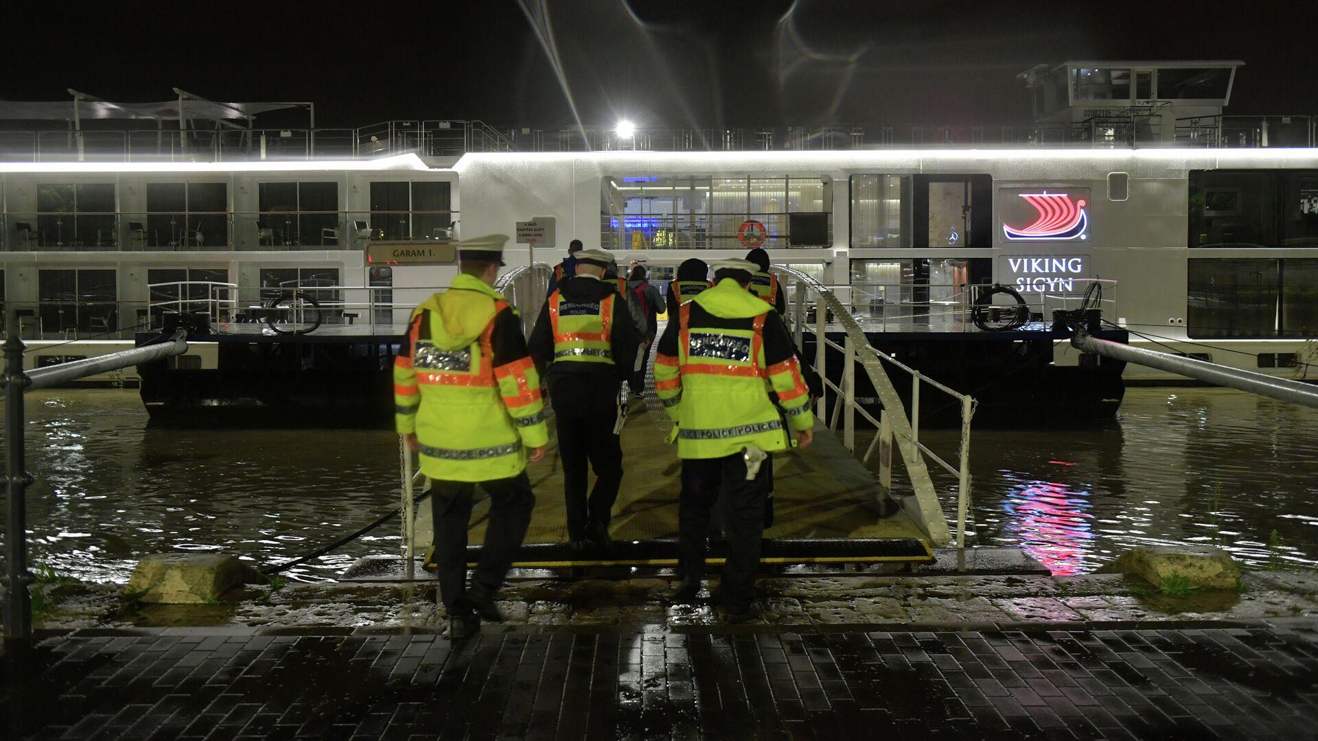Полицейские поднимаются на борт туристического судна Viking Sigyn во время расследования аварии на реке Дунай в Будапеште, Венгрия - РИА Новости, 1920, 23.09.2020