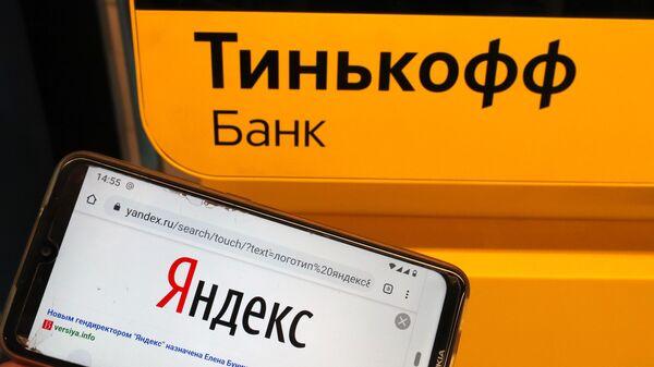Мобильный телефон и платежный терминал Тинькофф