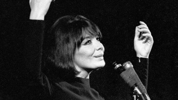 Французская певица Жюльетт Греко выступает на сцене.