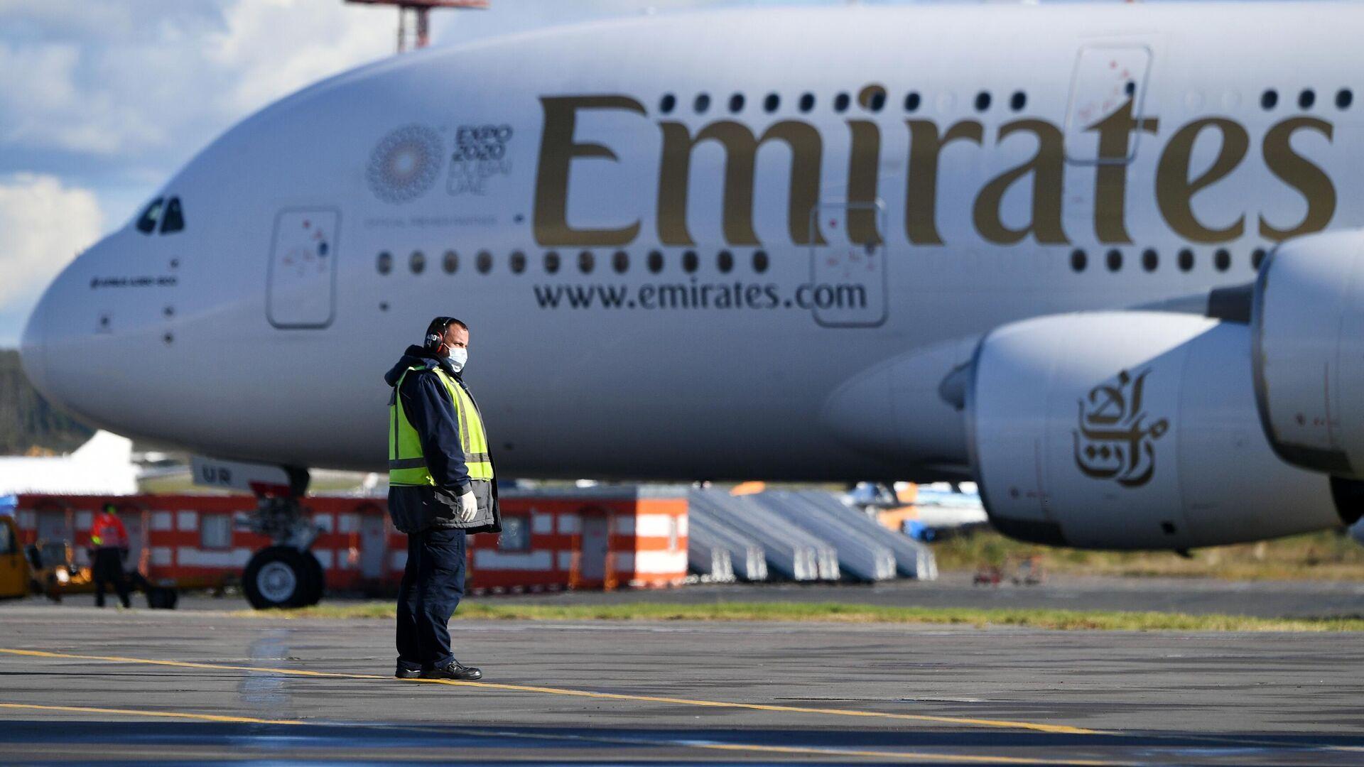 Сотрудник аэропорта около самолета Airbus A380 авиакомпании Emirates Airlines в аэропорту Домодедово - РИА Новости, 1920, 24.09.2020