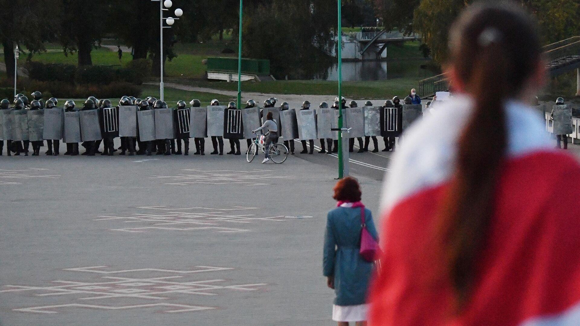 Сотрудники ОМОНа во время несанкционированной акции протеста оппозиции в Минске - РИА Новости, 1920, 27.09.2020