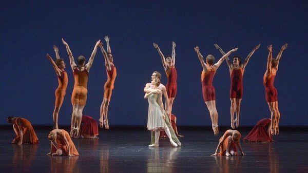 Артисты балета Мариинского театра в сцене из одноактного балета Concerto DSCH