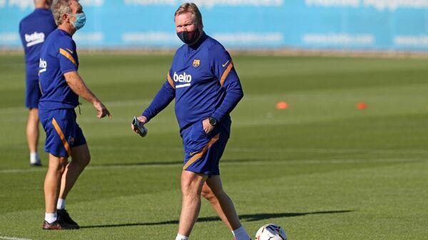 Главный тренер Барселоны Роналд Куман на тренировке