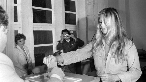 1577757328 0:92:3072:1820 600x0 80 0 0 42b36f8418480758d7a1cd19739b9d5b - Юбка Монро, черное платье Хепберн. Кто вдохновлял знаменитых модельеров