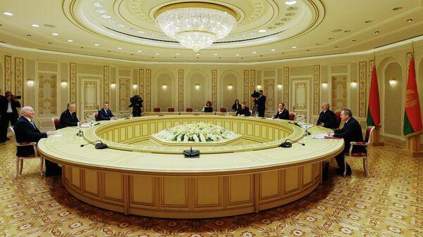 Губернатор Ленинградской области Александр Дрозденко и президент Республики Беларусь Александр Лукашенко во время встречи