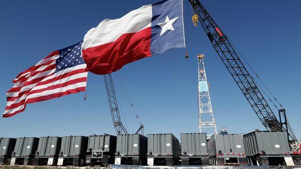 Флаг США и Техаса возле нефтяной вышки Double Eagle Energy Мидленде, США