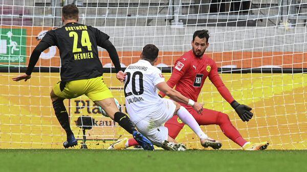 Игровой момент матча Аугсбург - Боруссия