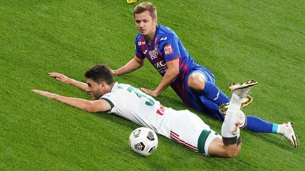 Игрок Локомотива Станислав Магкеев (слева) и игрок ЦСКА Иван Обляков