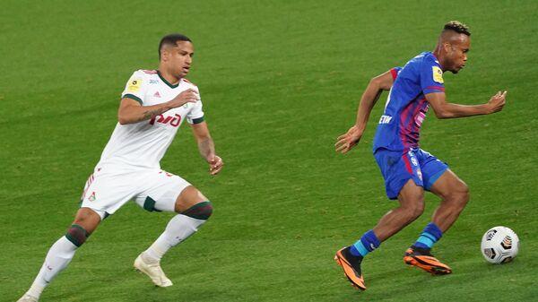 Игрок Локомотива Мурило (слева) и игрок ЦСКА Чидера Эджуке