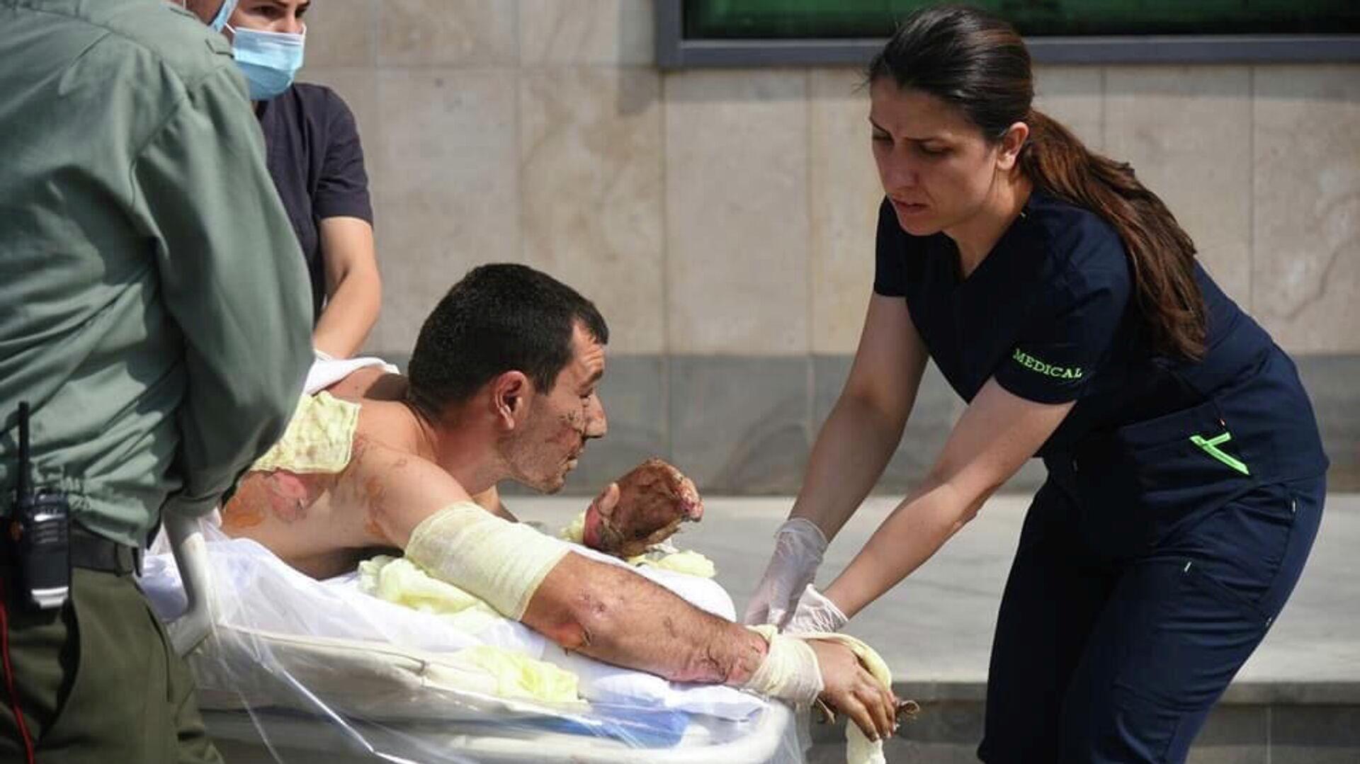 Оказание медицинской помощи мужчине, пострадавшему во время столкновений в Нагорном Карабахе - РИА Новости, 1920, 28.09.2020