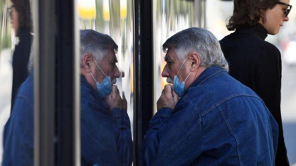 Мужчина в защитной маске на улице Москвы
