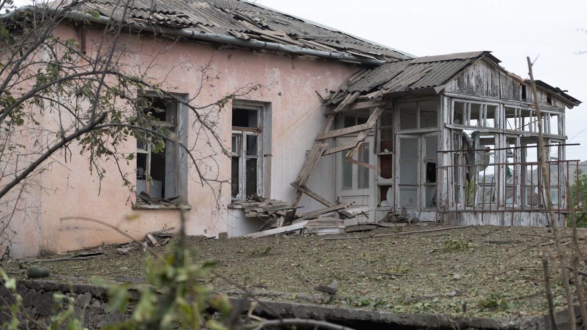 Дом в городе Мартуни непризнанной Нагорно-Карабахской Республики после обстрелов - РИА Новости, 1920, 29.09.2020