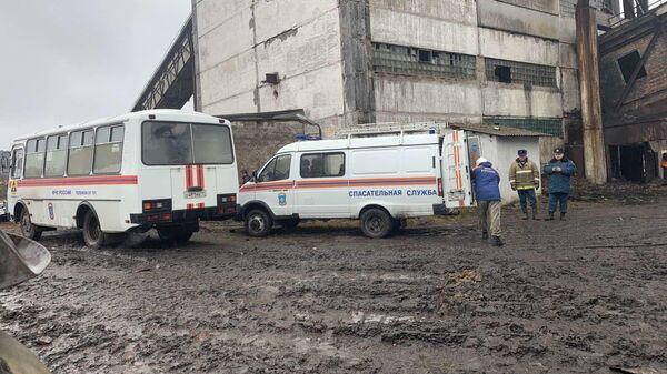 Сотрудники МЧС на месте обрушения перехода между зданиями на территории поверхности шахты Северная в Воркуте